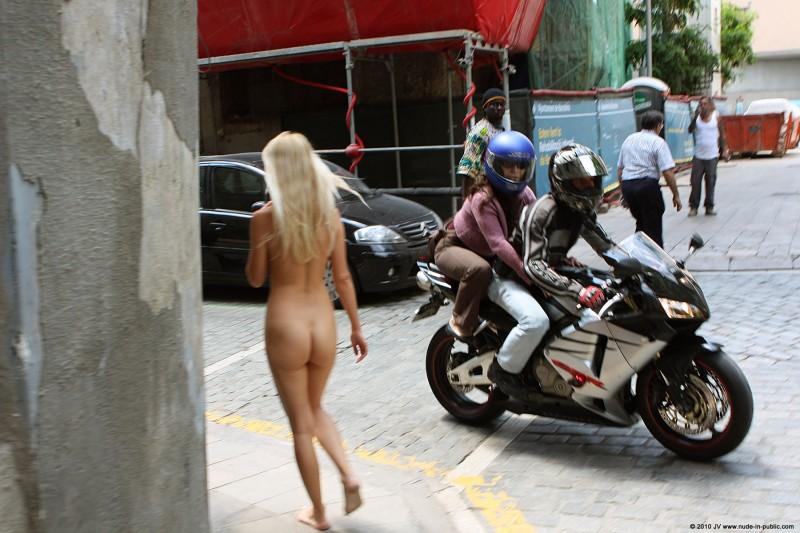 judita-nude-barcelona-public-03