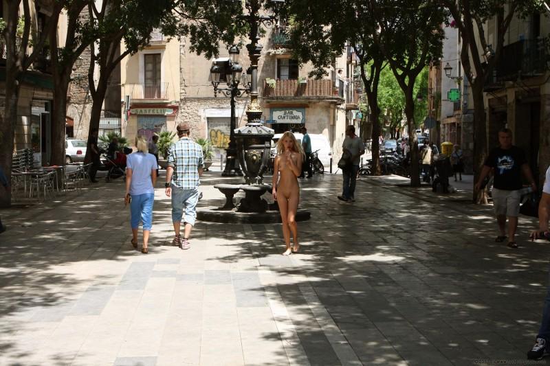 judita-nude-barcelona-public-05