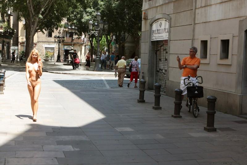 judita-nude-barcelona-public-06