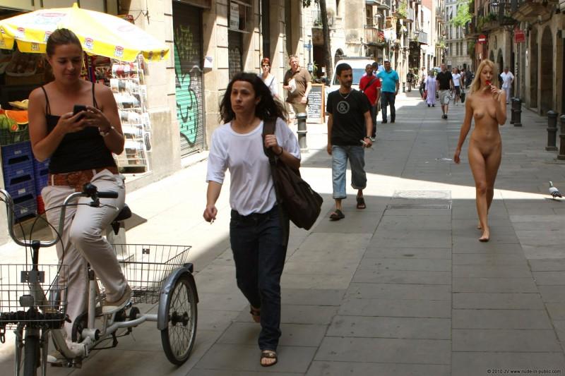 judita-nude-barcelona-public-10