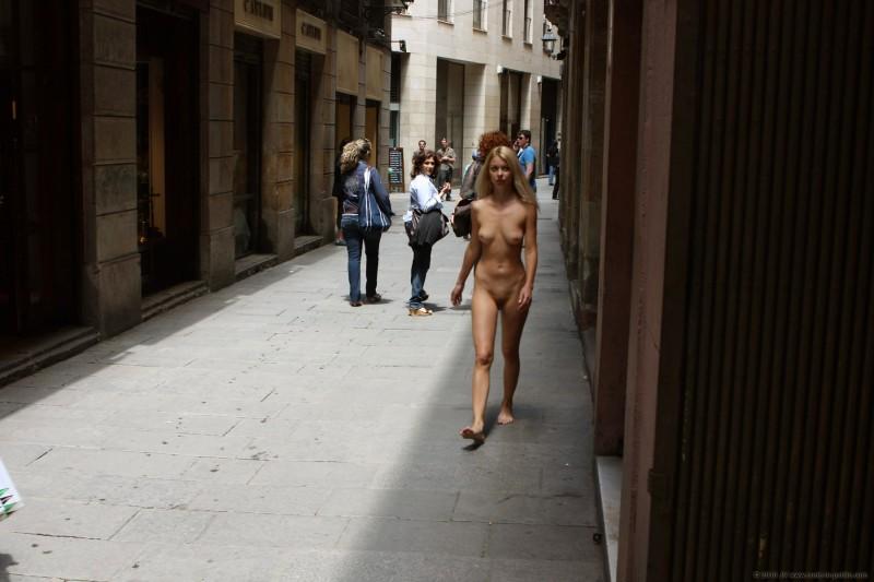 judita-nude-barcelona-public-14