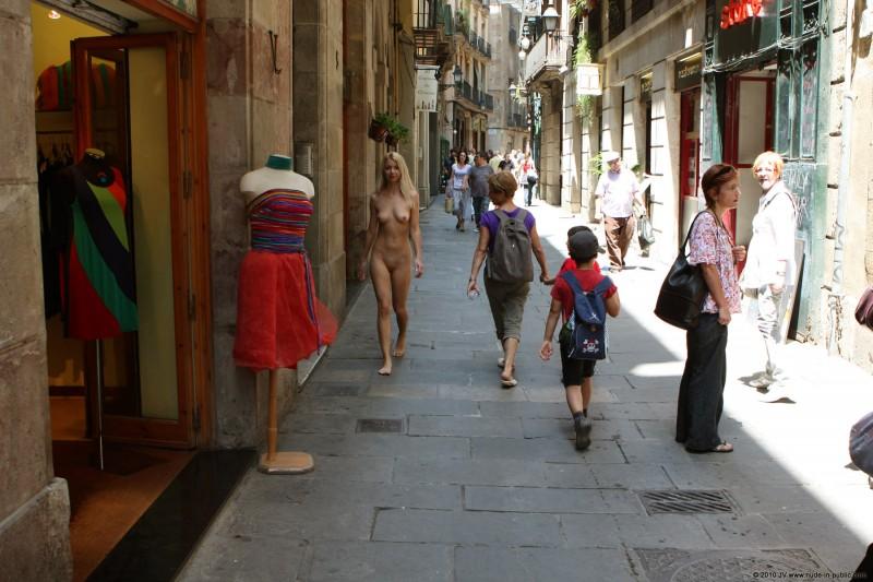 judita-nude-barcelona-public-17