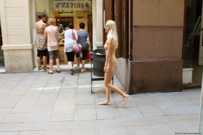 judita-nude-barcelona-public-18