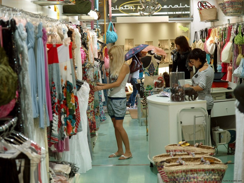 judita-shopping-nude-in-public-01
