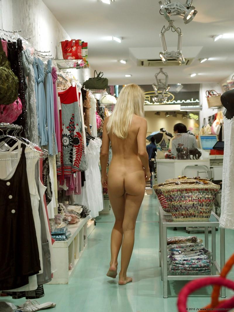 judita-shopping-nude-in-public-03