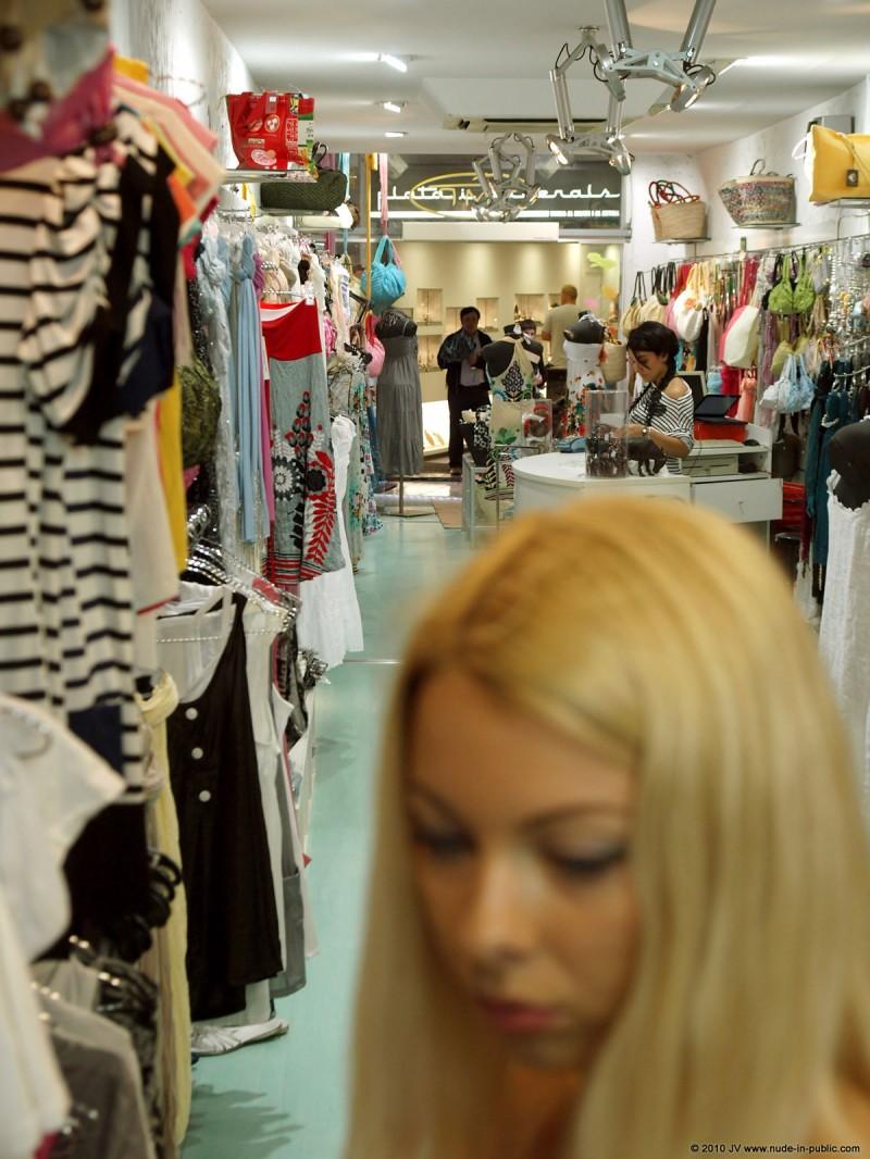 judita-shopping-nude-in-public-04
