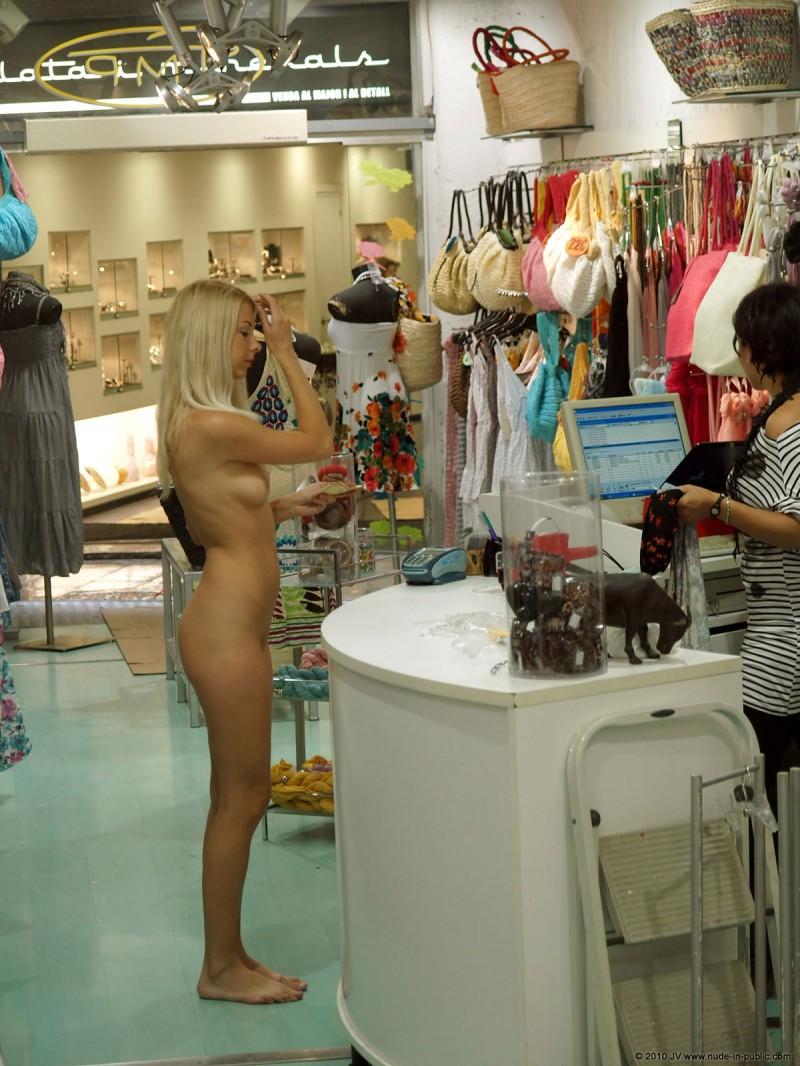 judita-shopping-nude-in-public-06