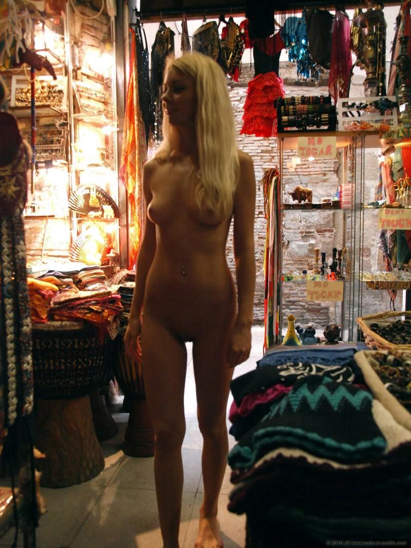 judita-shopping-nude-in-public-11
