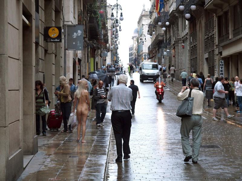 judita-shopping-nude-in-public-16