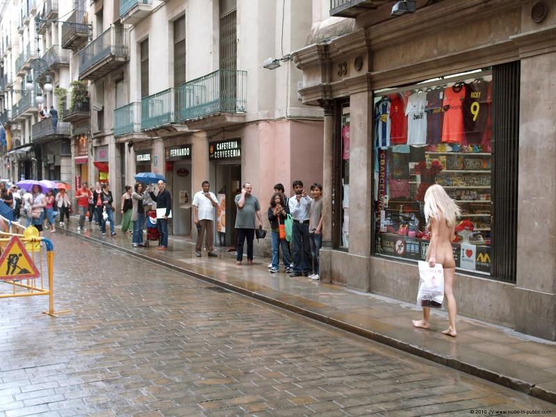 judita-shopping-nude-in-public-17