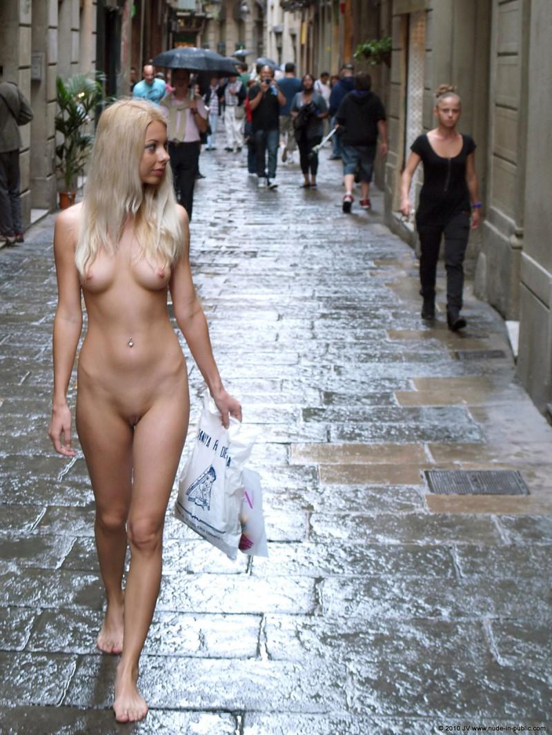 judita-shopping-nude-in-public-23