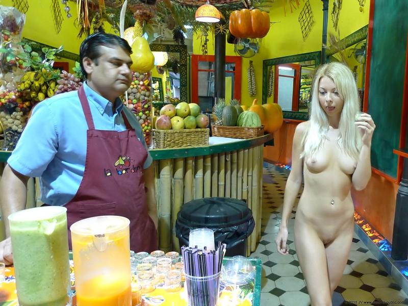 judita-shopping-nude-in-public-25