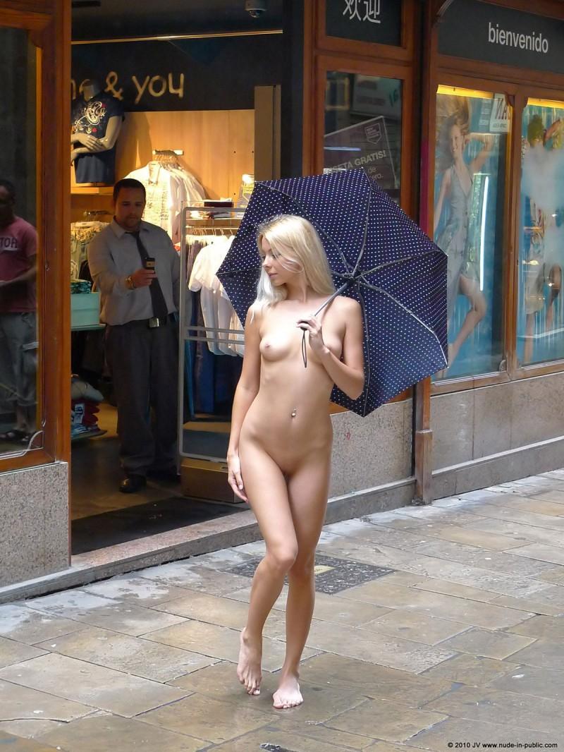 judita-shopping-nude-in-public-26