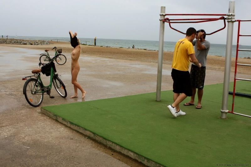 judita-naked-barcelona-public-gym-05