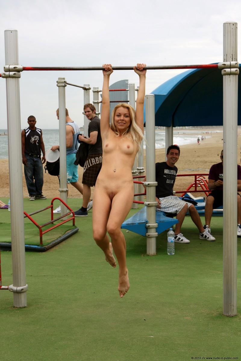 judita-naked-barcelona-public-gym-06