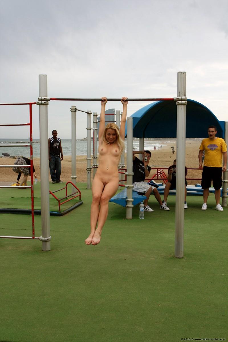 judita-naked-barcelona-public-gym-07