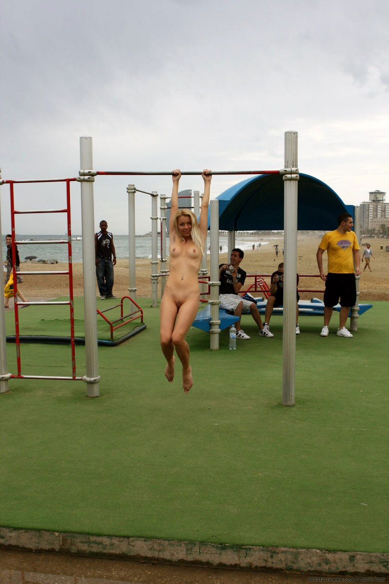 judita-naked-barcelona-public-gym-08