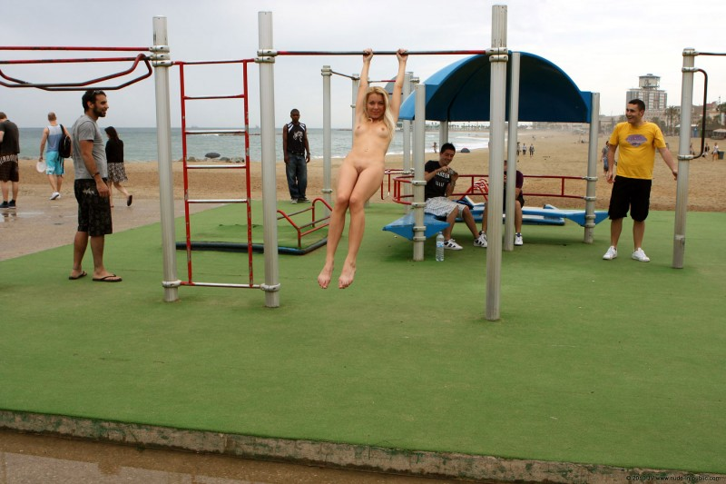 judita-naked-barcelona-public-gym-09
