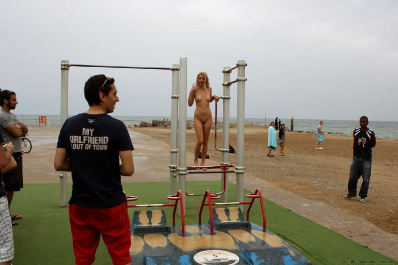 judita-naked-barcelona-public-gym-12