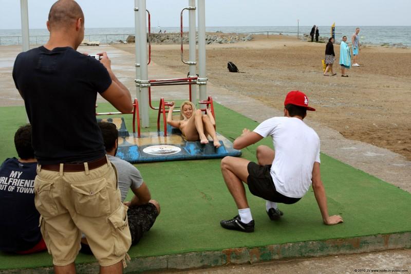 judita-naked-barcelona-public-gym-13