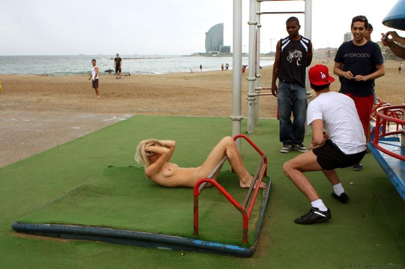 judita-naked-barcelona-public-gym-15
