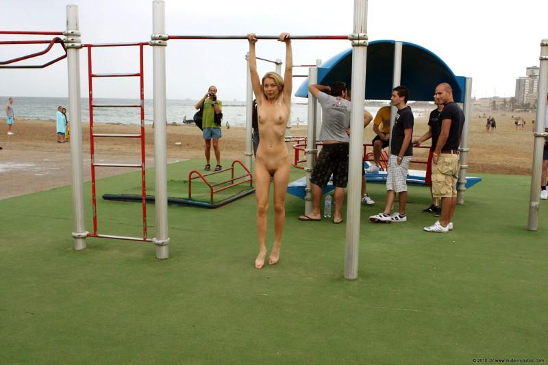 judita-naked-barcelona-public-gym-16