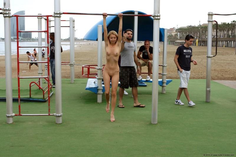 judita-naked-barcelona-public-gym-17