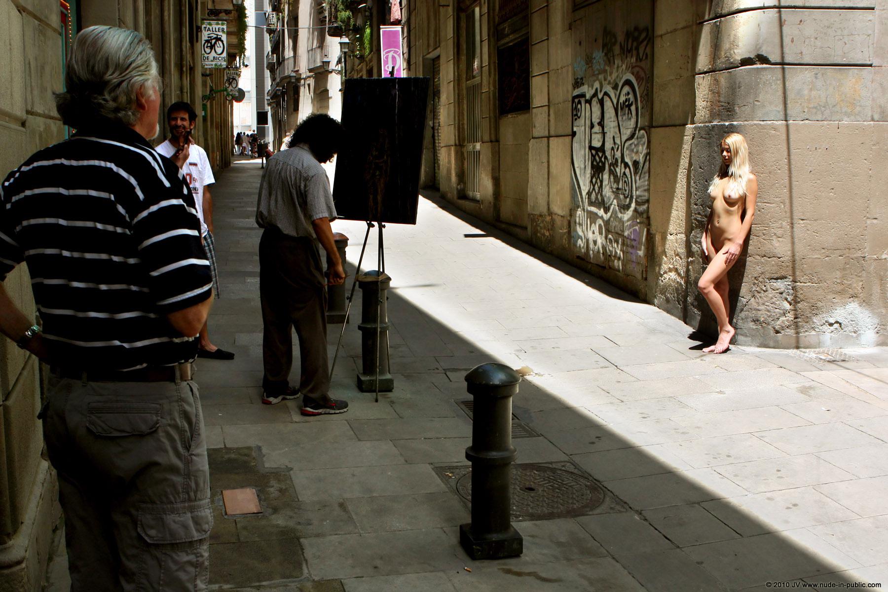 judita-street-painter-barcelona-nude-public-07