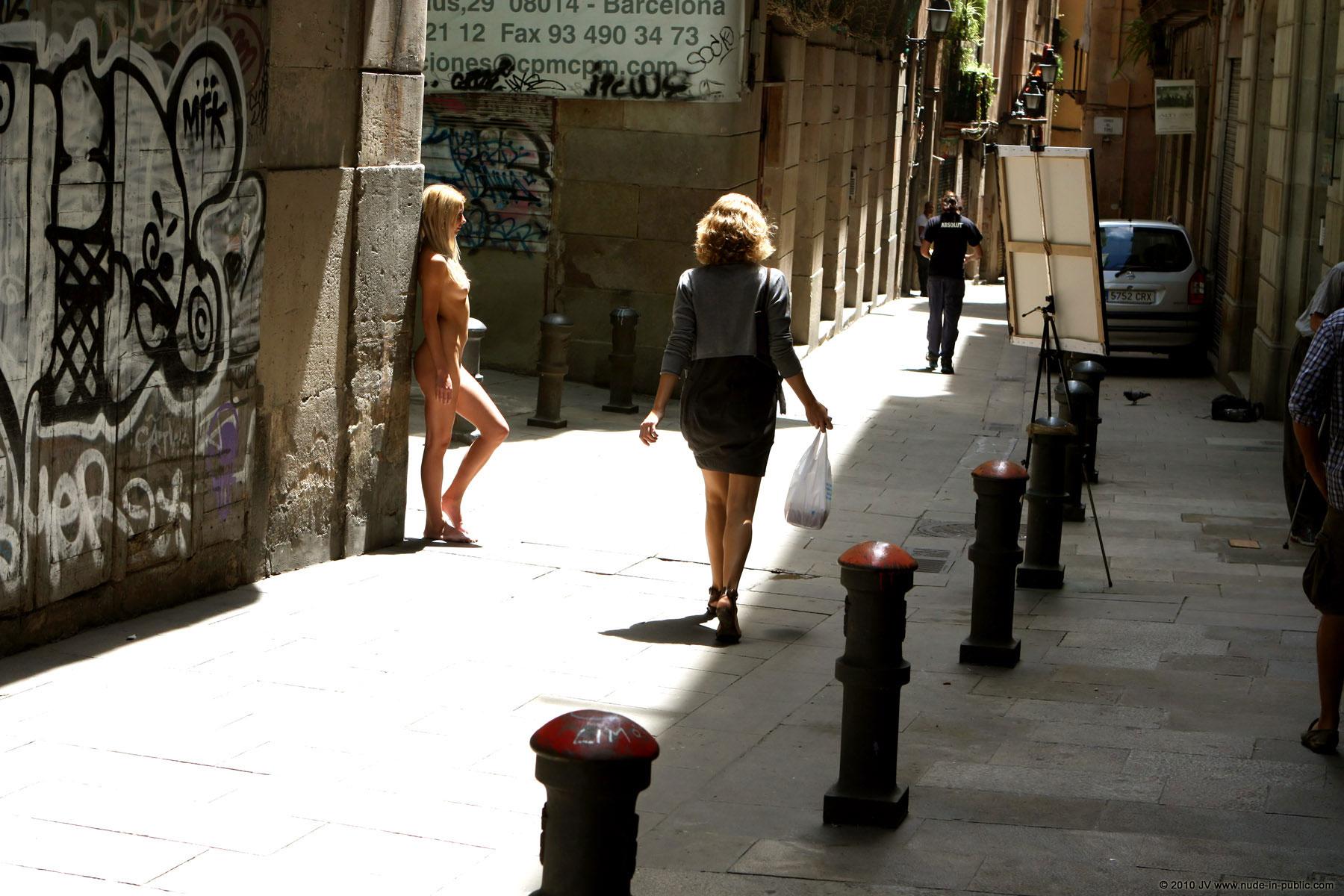 judita-street-painter-barcelona-nude-public-08