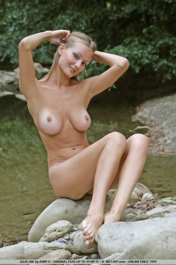 julia-am-nude-outdoor-met-art-02