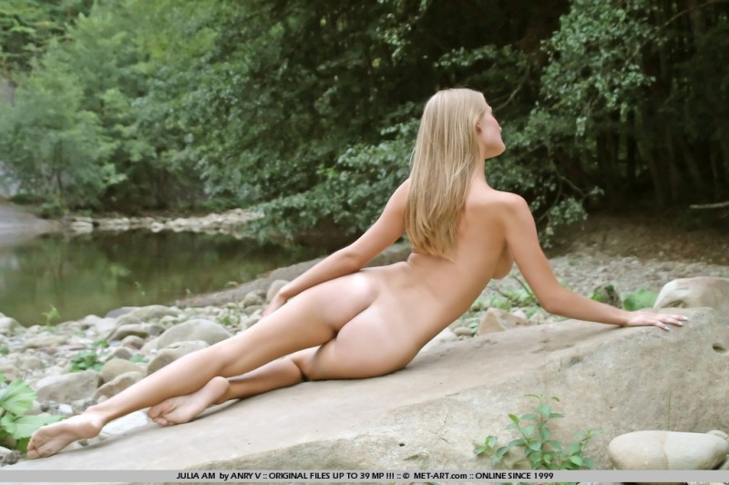 julia-am-nude-outdoor-met-art-05