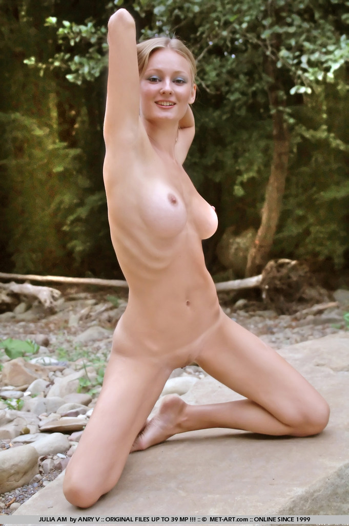 julia-am-nude-outdoor-met-art-13