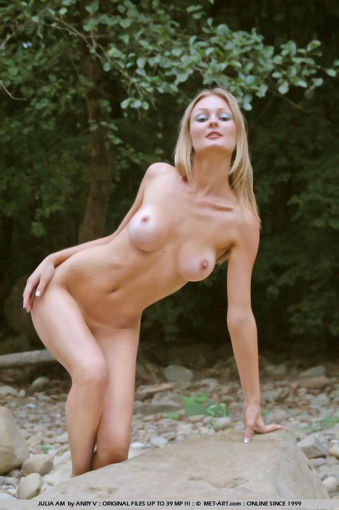 julia-am-nude-outdoor-met-art-14