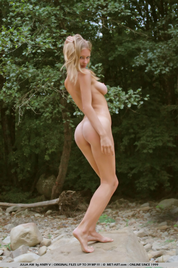 julia-am-nude-outdoor-met-art-15