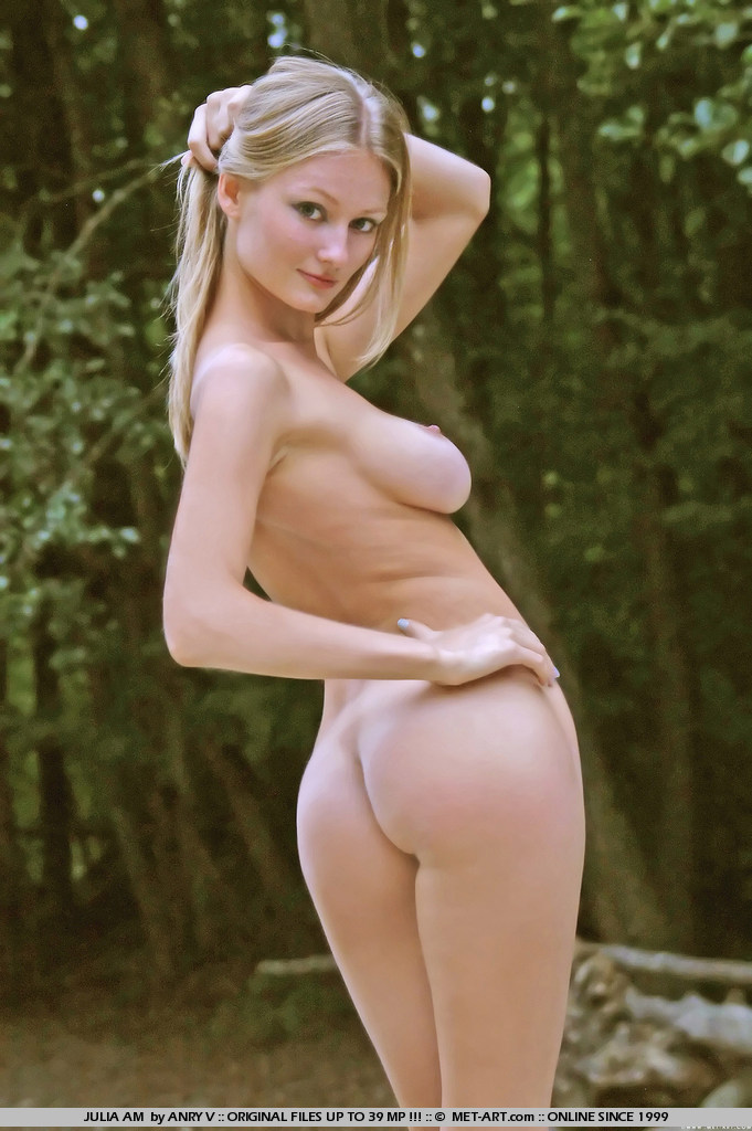julia-am-nude-outdoor-met-art-17
