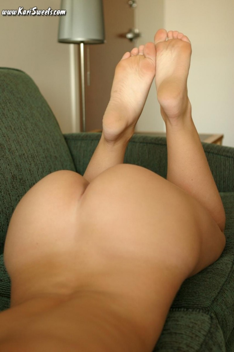 kari-sweets-nude-on-sofa-12
