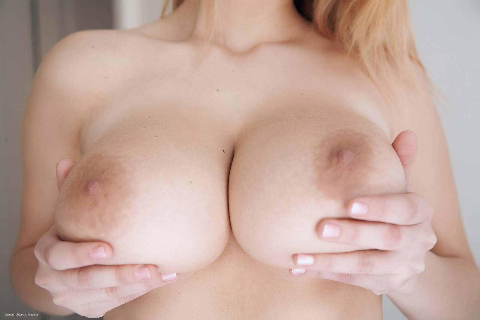 cathy-huge-tits-bedroom-naked-errotica-archives-11