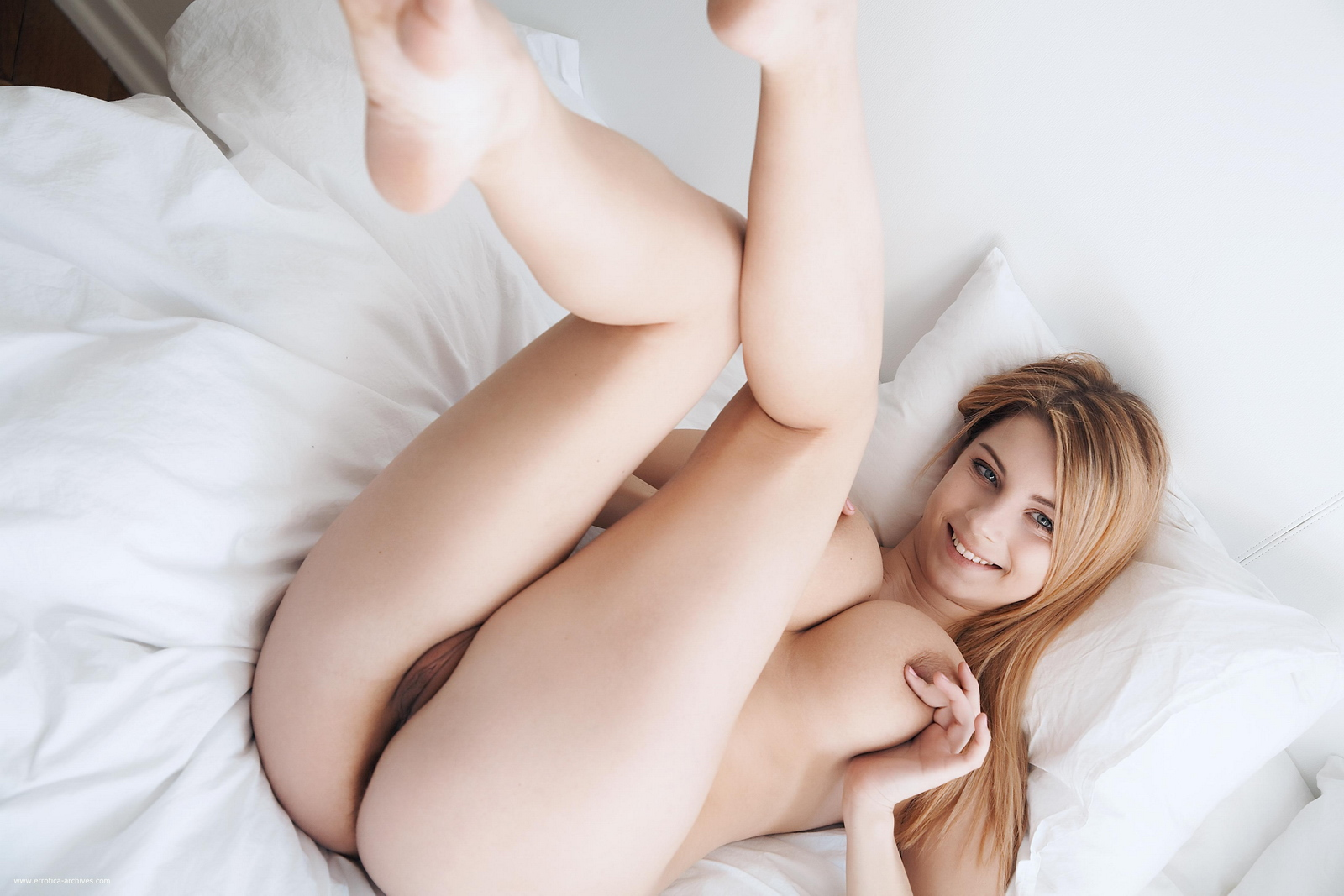 cathy-huge-tits-bedroom-naked-errotica-archives-19