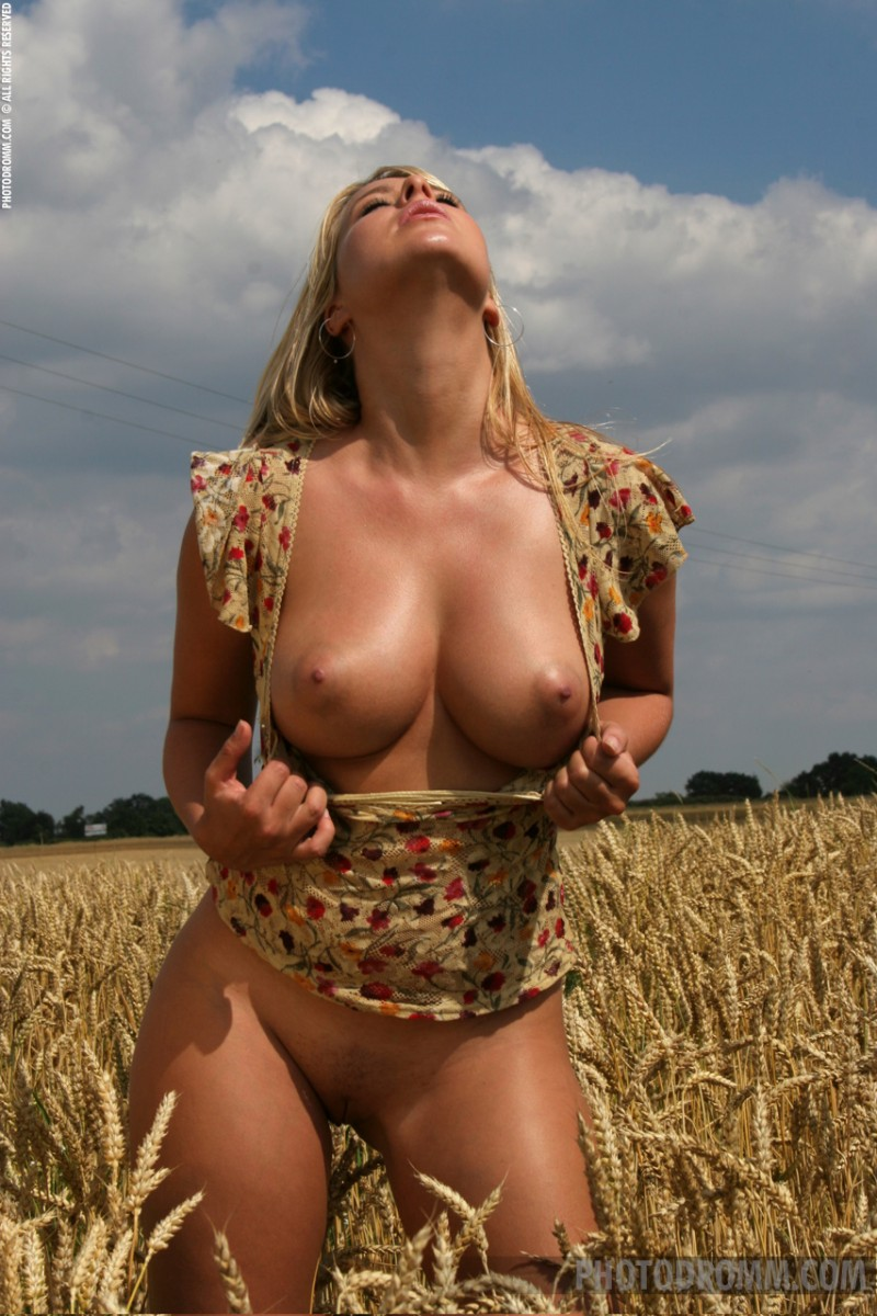 caterina-hovorkova-grain-field-photodromm-05