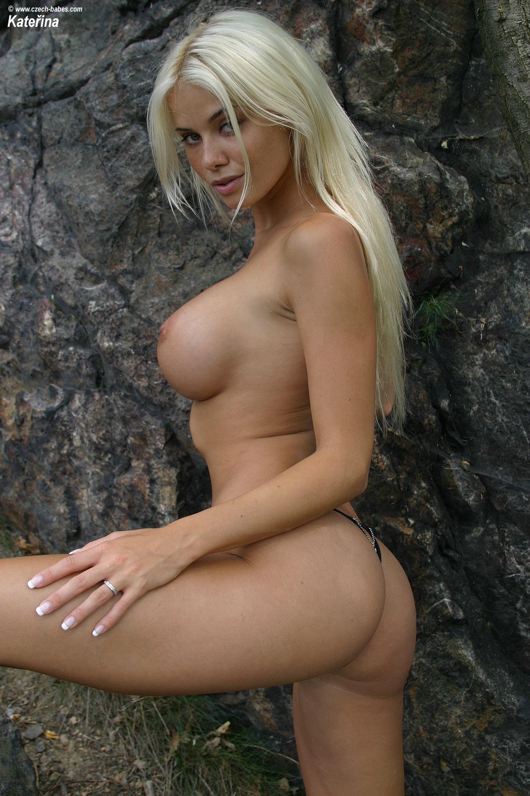 katerina-blonde-boobs-flip-flops-outdoor-naked-12