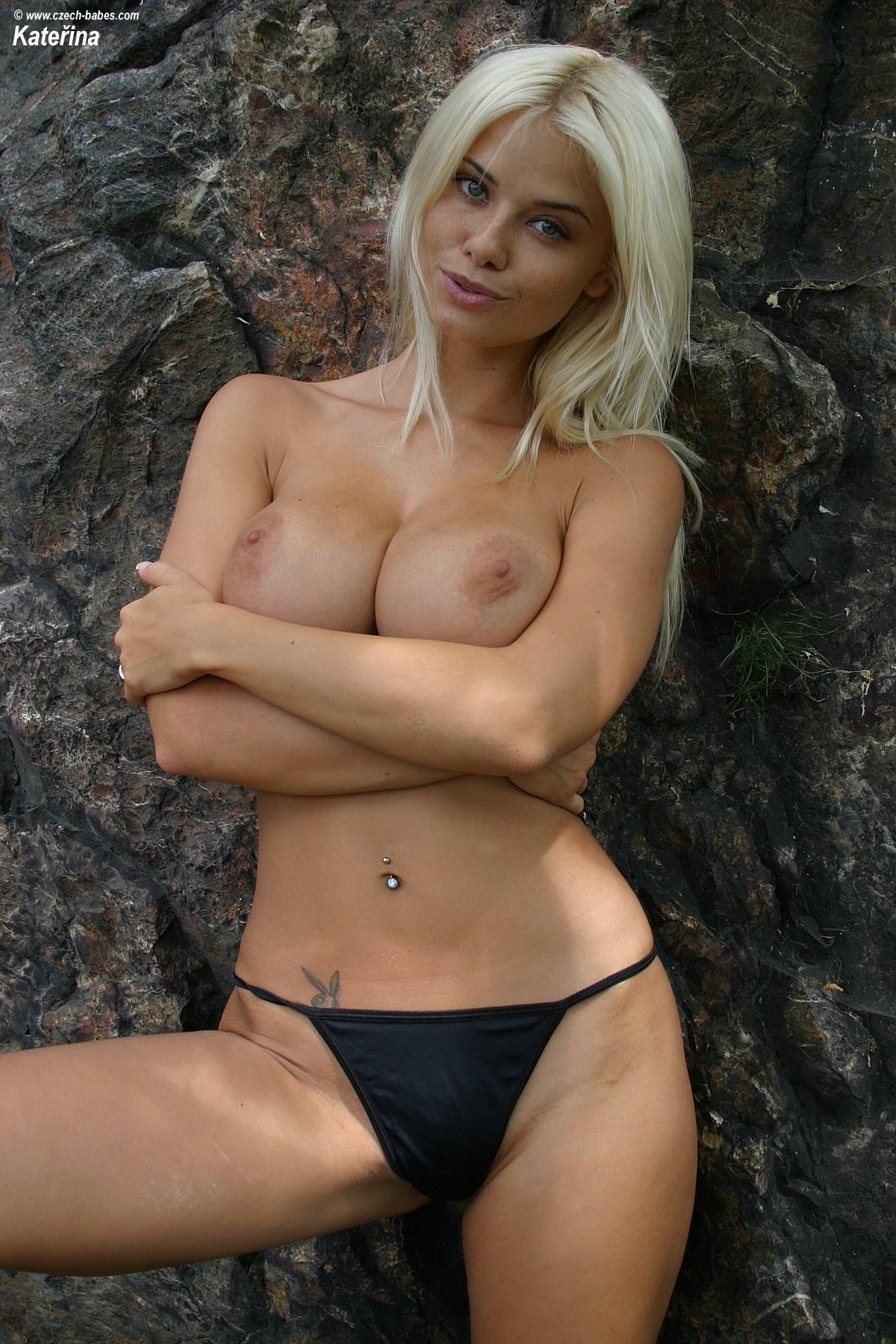 katerina-blonde-boobs-flip-flops-outdoor-naked-13