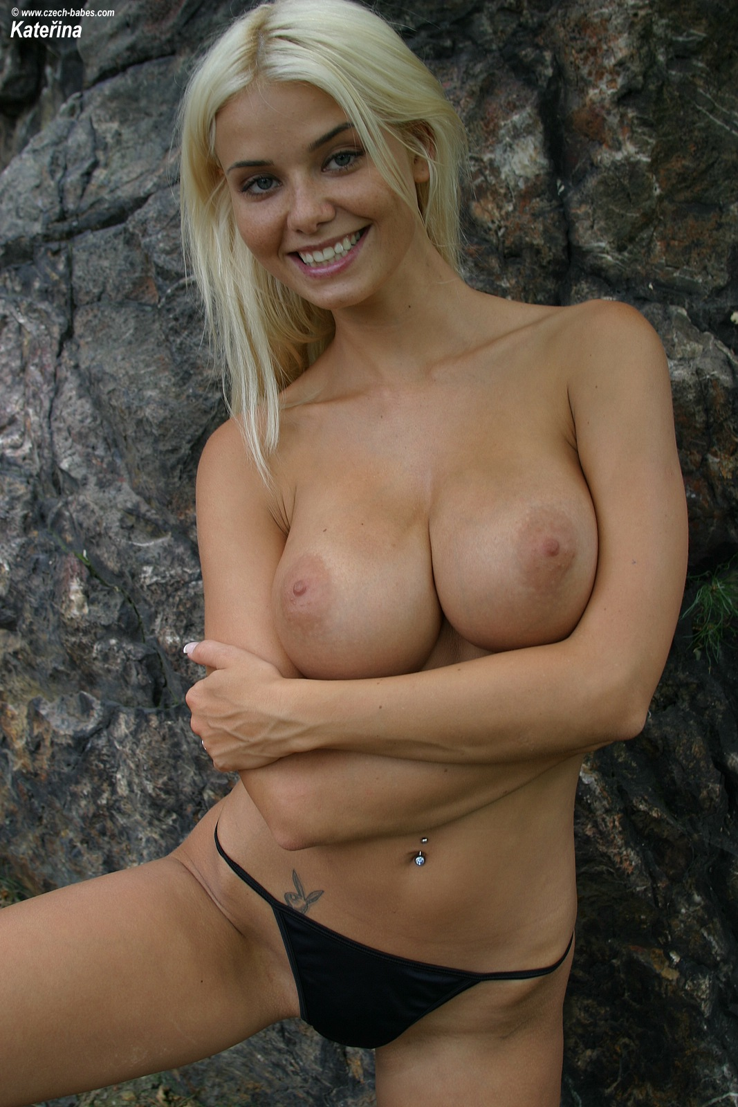katerina-blonde-boobs-flip-flops-outdoor-naked-17