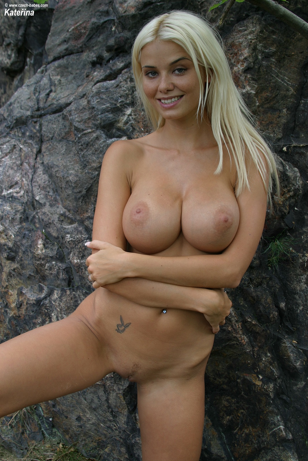 katerina-blonde-boobs-flip-flops-outdoor-naked-18