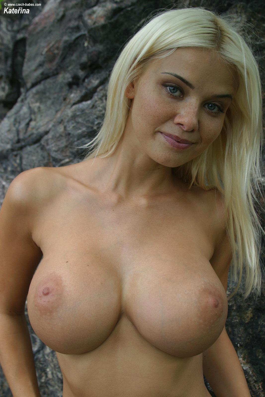 katerina-blonde-boobs-flip-flops-outdoor-naked-20