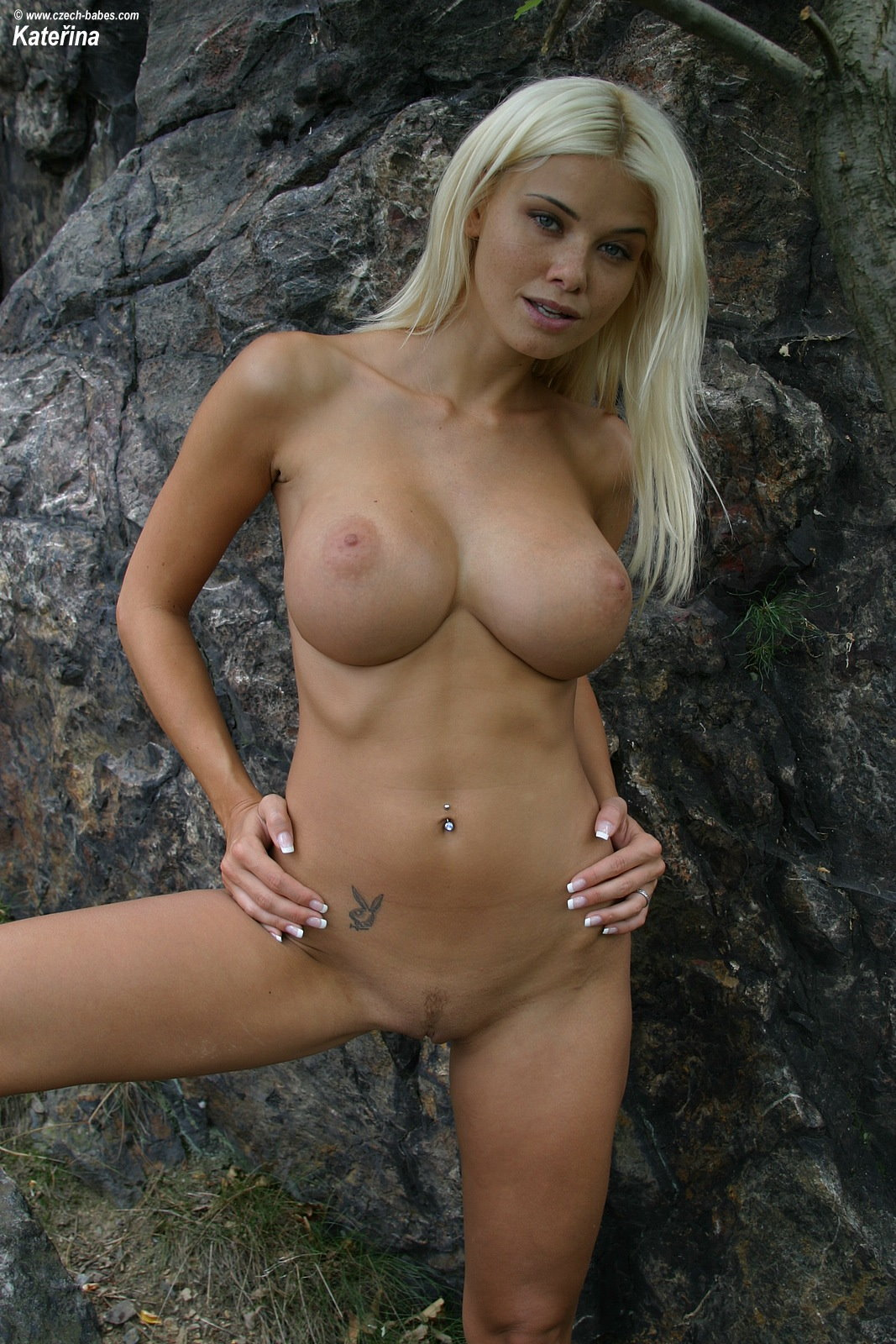 katerina-blonde-boobs-flip-flops-outdoor-naked-22