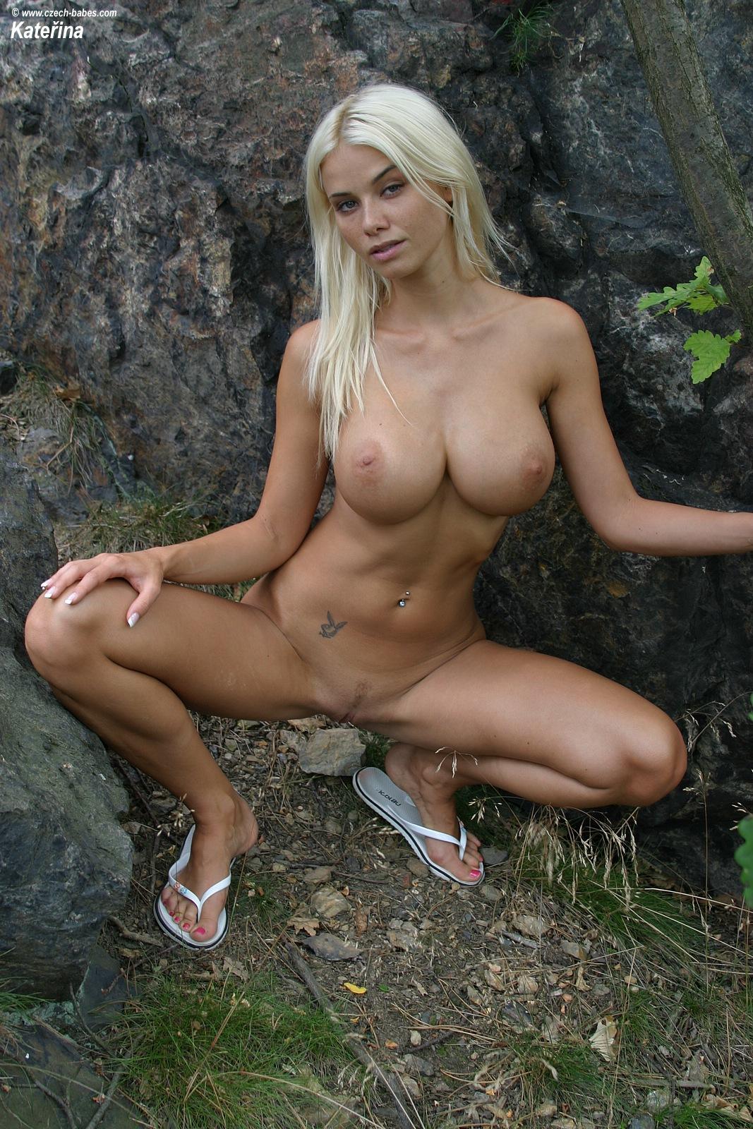 katerina-blonde-boobs-flip-flops-outdoor-naked-27