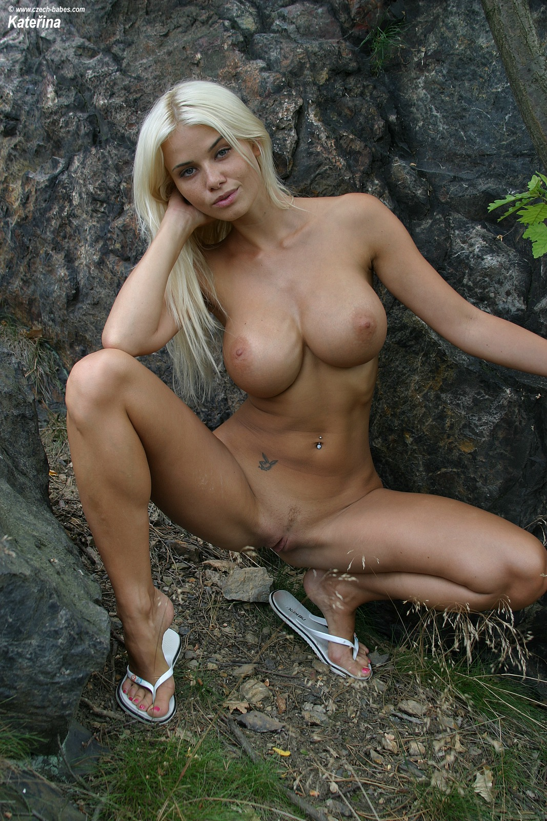 katerina-blonde-boobs-flip-flops-outdoor-naked-28