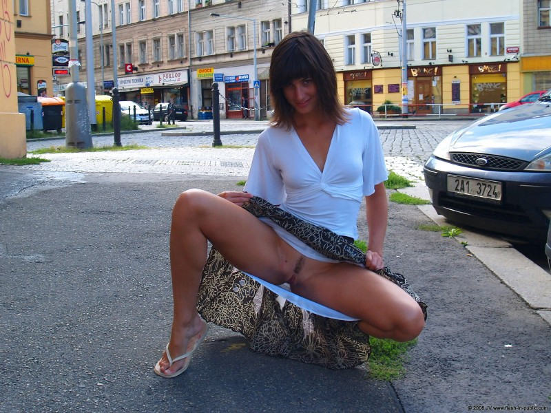 katka-h-prague-flash-in-public-03