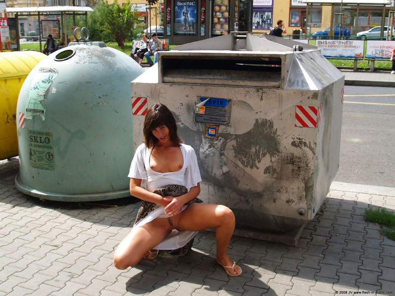 katka-h-prague-flash-in-public-14