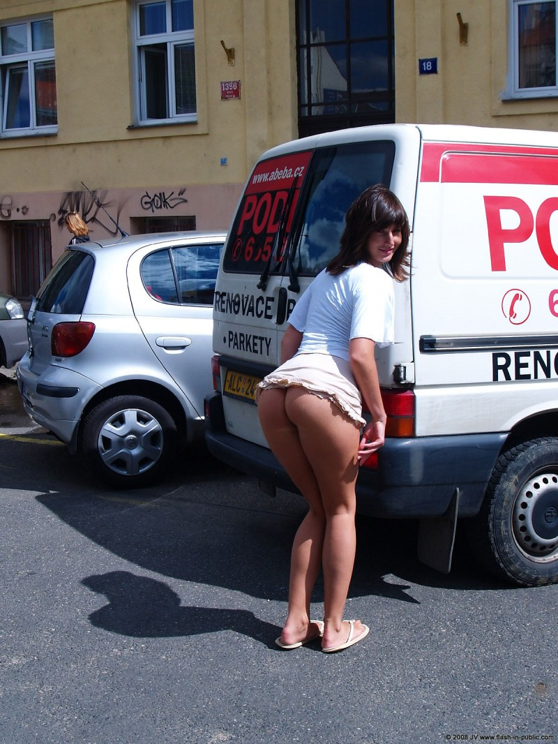 katka-h-prague-flash-in-public-18